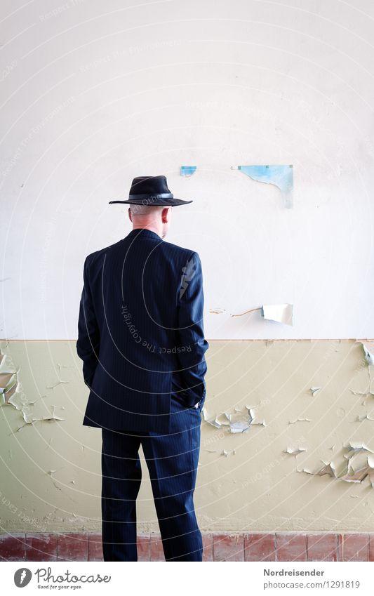 Vernissage..... Mensch Mann Einsamkeit Erwachsene Wand Mauer außergewöhnlich maskulin beobachten Vergänglichkeit einzigartig kaputt Coolness
