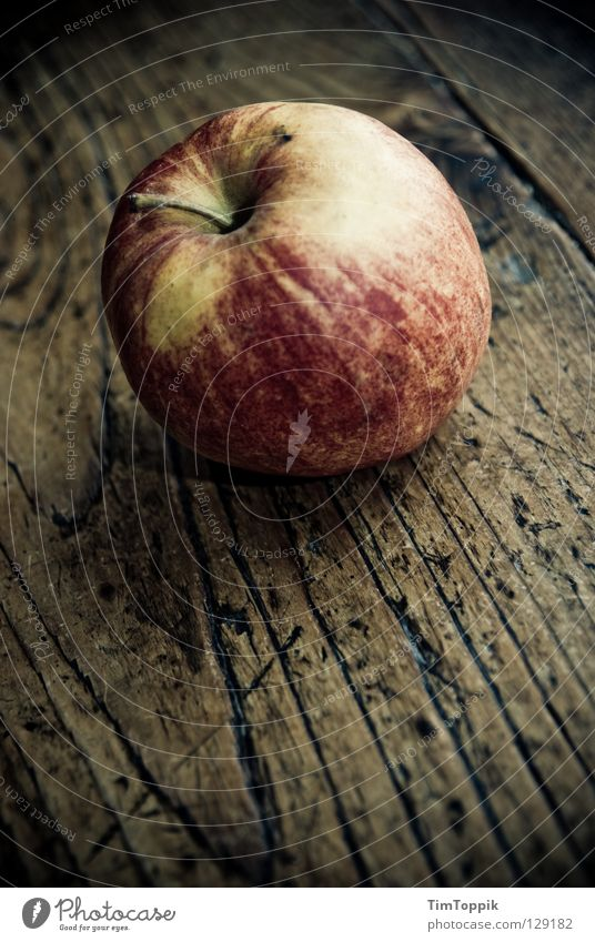Der Apfel an und für sich rot Ernährung gelb dunkel Holz Gesundheit Haut Frucht Tisch Küche Stengel Möbel Stillleben Mahlzeit Diät