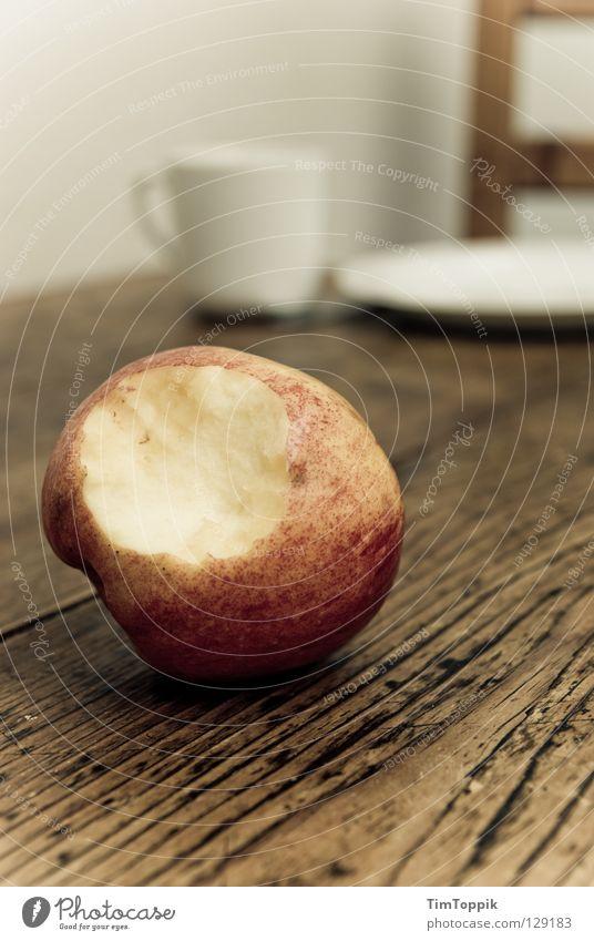 Stillleben mit Apfel I Tisch Tischplatte Tasse Teller Küche Mahlzeit Frühstück Abendessen Kaffeetasse Holz Holztisch Holzstuhl Geschirr Apfelschale Vitamin Diät