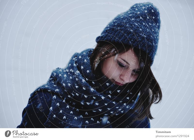In Gedanken. Mensch Junge Frau Jugendliche Kopf 1 Winter Schnee Schneefall Bekleidung Schal Mütze Haare & Frisuren blau grau weiß Gefühle Zufriedenheit Farbfoto