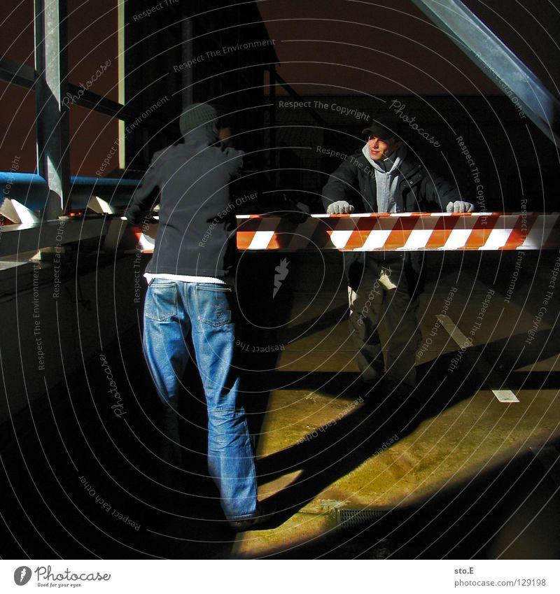 dark | two men standing Mensch Jugendliche schwarz Ferne dunkel kalt Metall Lampe 2 Beleuchtung glänzend Schilder & Markierungen Perspektive stehen Bodenbelag