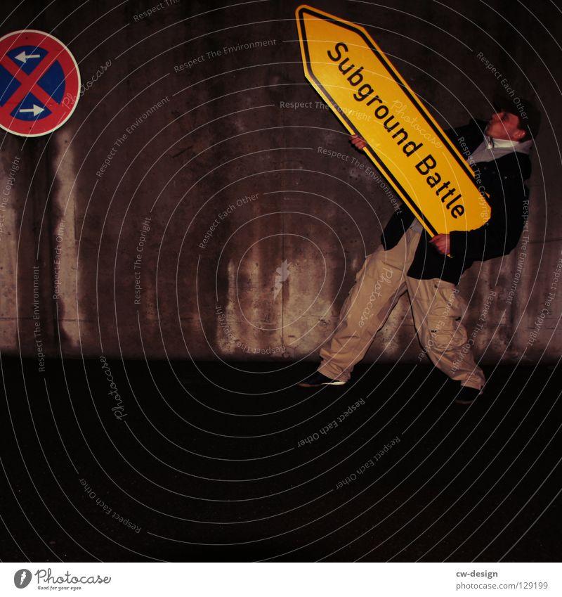 dark | subground battle Jugendliche Nachtaufnahme Erkenntnis nass feucht Notausgang Beton hocken Trauer Verzweiflung Winter Herbst Design Symbole & Metaphern