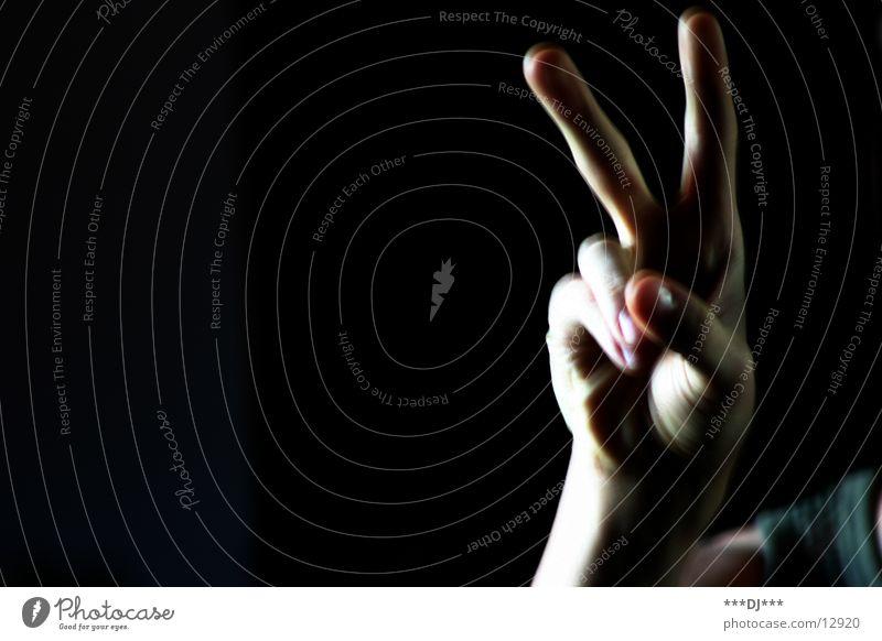 Peace!!! Mensch Mann Hand dunkel Freiheit hell Haut maskulin Finger Frieden Daumen Zeigefinger Mittelfinger Ringfinger