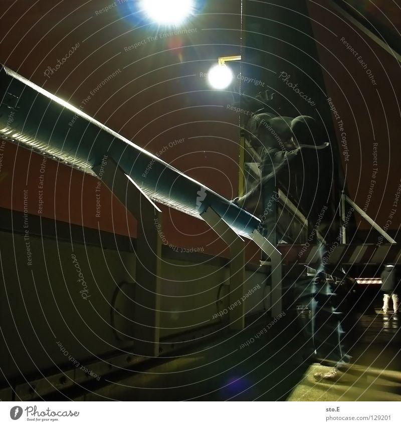 dark | moved Mensch schwarz Ferne kalt dunkel Bewegung Metall Lampe Beleuchtung Hintergrundbild glänzend Schilder & Markierungen Perspektive stehen Bodenbelag