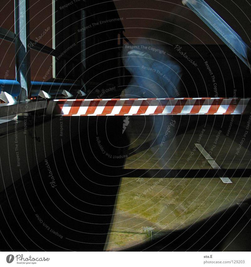 dark | moved pt.2 Mensch schwarz Ferne kalt dunkel springen Metall Lampe Beleuchtung glänzend Schilder & Markierungen Perspektive Bodenbelag Streifen