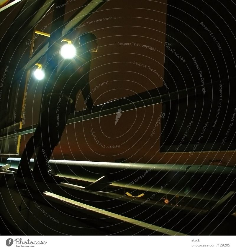 dark | view from the other side pt.2 Mensch schwarz Ferne kalt dunkel Metall Lampe Beleuchtung glänzend Perspektive stehen Körperhaltung festhalten Aussicht