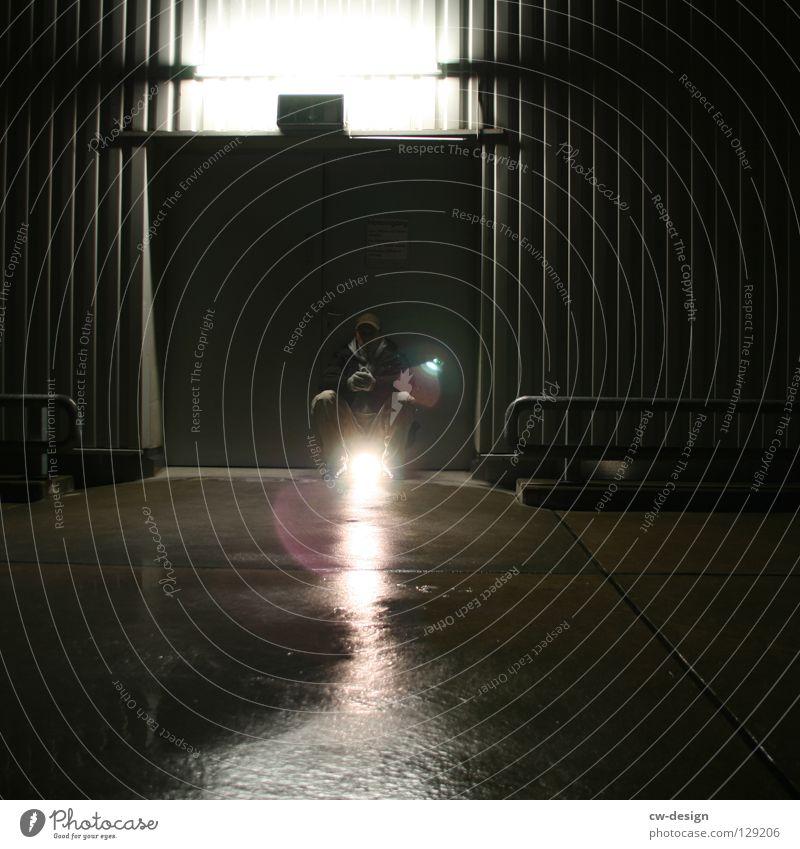 dark | enlightenment Nachtaufnahme Erkenntnis nass feucht Notausgang Beton hocken Trauer Verzweiflung Winter Herbst Design Symbole & Metaphern Licht