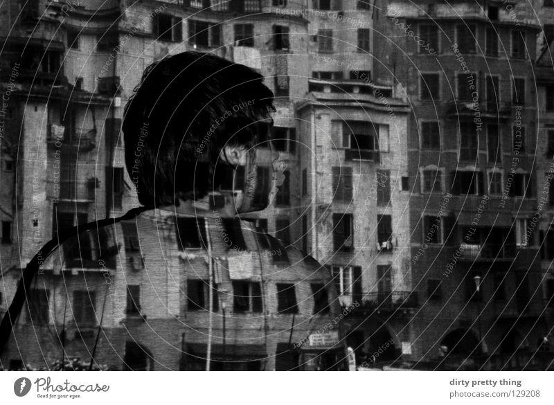 wo bin ich? Porträt Fenster Täter unklar Dia Projektor Schwarzweißfoto Stadt projezieren schau mir in die augen verstecken Rücken Rückansicht