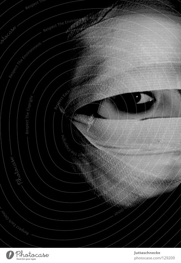 Die Mumie 18 1/2 Frau bandagieren Verbundenheit Unfall gefangen gruselig Trauer Kajal schwarz weiß dunkel Gesundheit Mensch Schwarzweißfoto Bandage eingewickelt