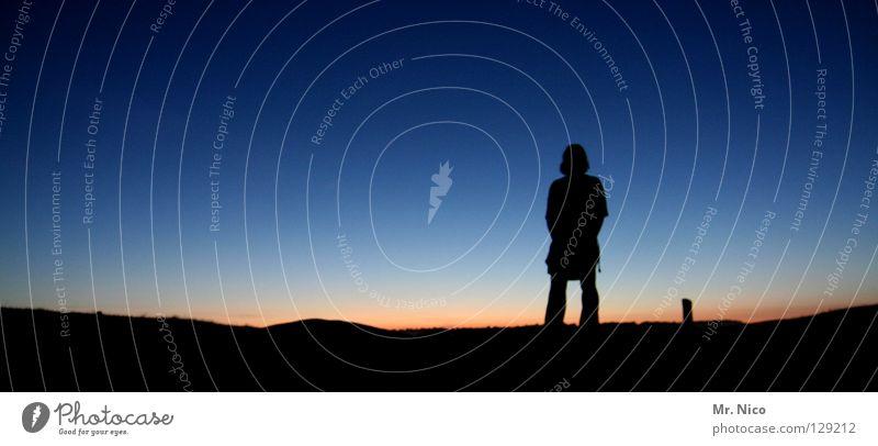 deep Mensch Himmel Mann blau ruhig schwarz Ferne dunkel Gefühle orange groß warten stehen Schönes Wetter Panorama (Bildformat) Abenddämmerung