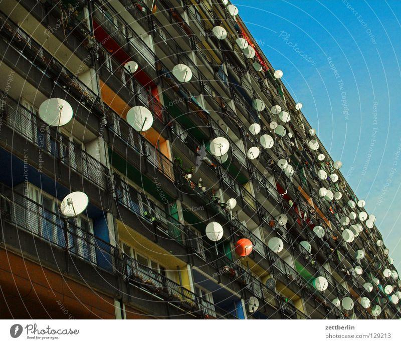 Fernweh Haus Berlin Gesellschaft (Soziologie) Fernsehen Plattenbau Begrüßung online Stadthaus Ausländer Satellitenantenne Sender Antenne Medien