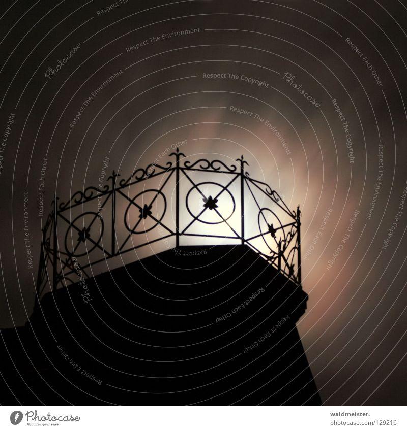 In einer Mondnacht Wolken Lampe dunkel träumen Romantik Dach fantastisch Burg oder Schloss Balkon Gemälde historisch Geländer mystisch Märchen unheimlich