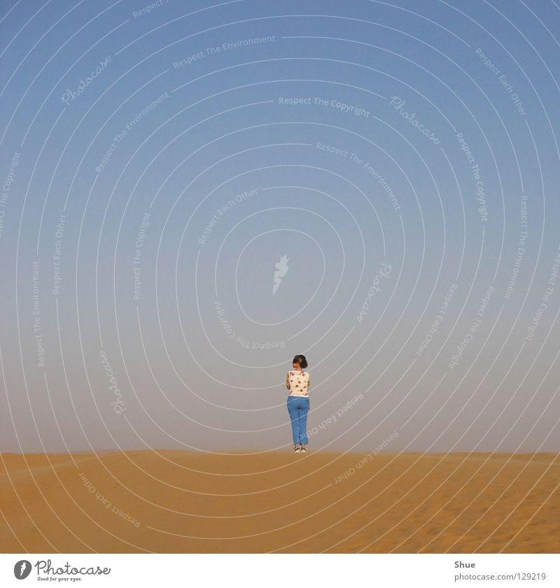 allein ... Mensch Himmel blau Ferien & Urlaub & Reisen Einsamkeit Ferne Sand klein Erde Wüste