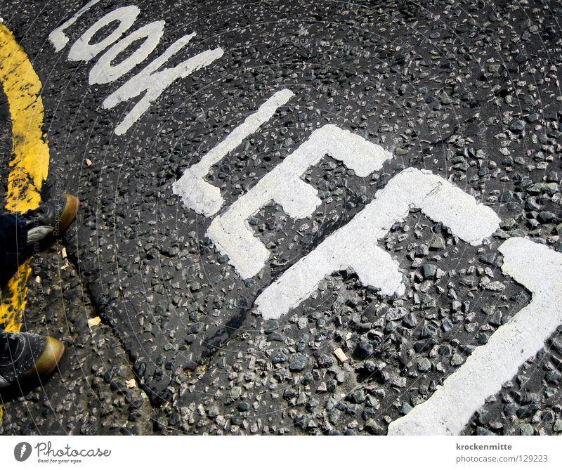 Look Left weiß Stadt Ferien & Urlaub & Reisen Straße Schuhe Verkehr Schriftzeichen Asphalt London Kontrolle Typographie England Straßenbelag Fußgänger Vorsicht
