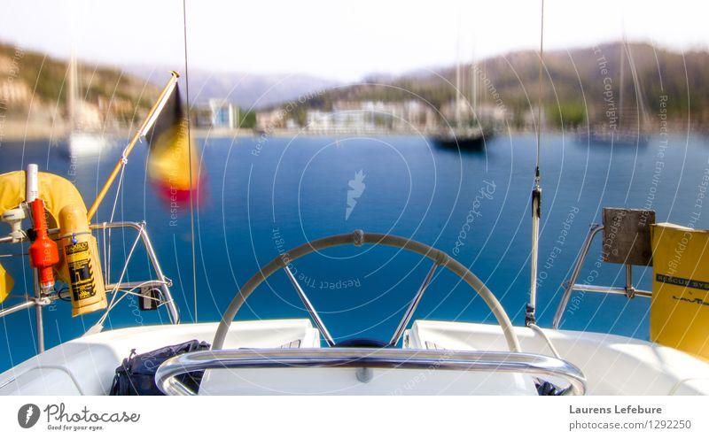 Segelbootcockpit mit undeutlicher Bucht im Hintergrund Segeln ästhetisch Bootsfahrt Ferien & Urlaub & Reisen Meer Jacht Sommerurlaub Segelschiff