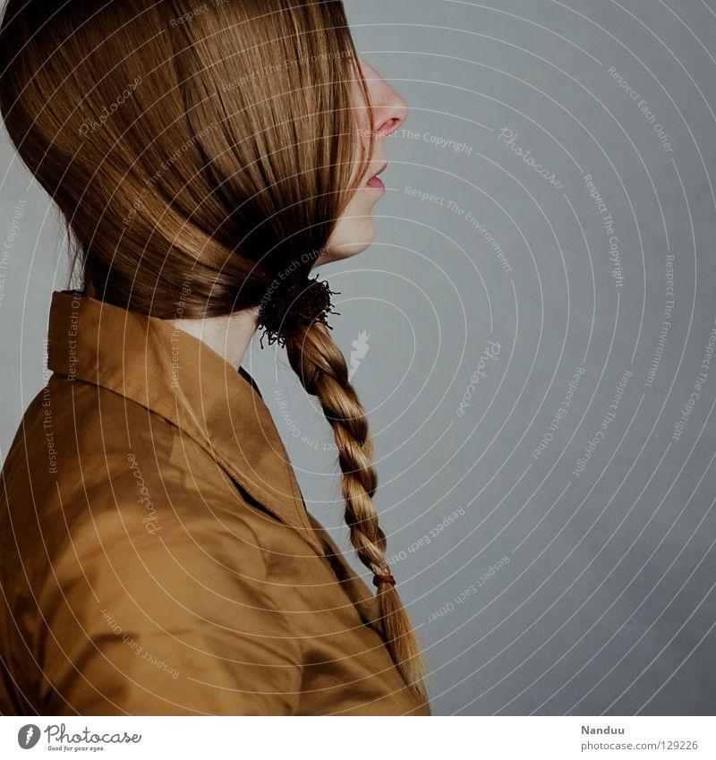 der vreht Haare & Frisuren ruhig Arbeit & Erwerbstätigkeit Mensch Frau Erwachsene Bart Hemd Krawatte Maske Zopf Denken stehen Traurigkeit außergewöhnlich lustig