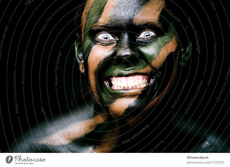 Camouflage Girl (3) - Wahnsinn Frau grün Freude schwarz Gesicht Auge dunkel Stil braun Kraft Angst gefährlich verrückt Macht bedrohlich Bad