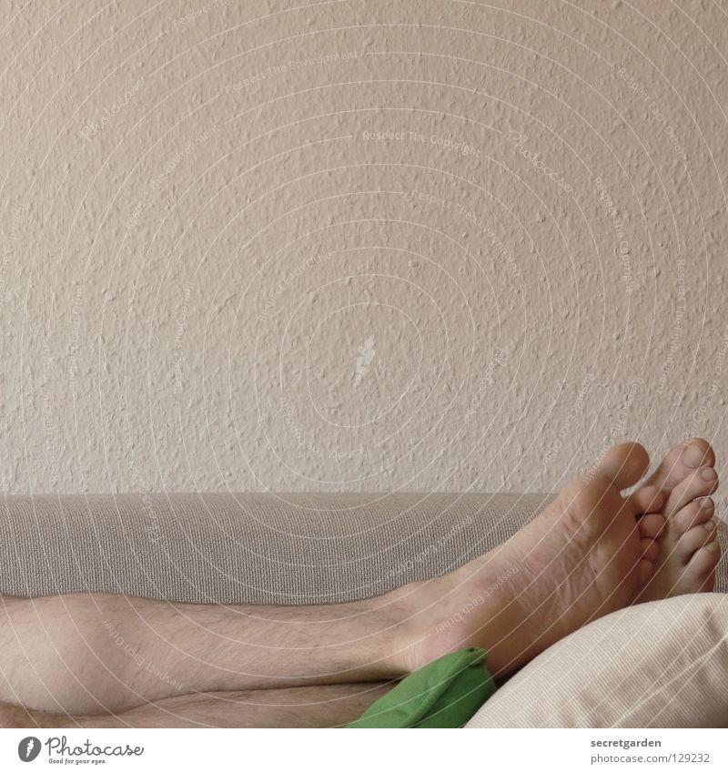 ...wackel mit dem großen zeh... Sofa Mann nackt Spielen Schattenspiel Stoff Kissen grün grau gemütlich lümmeln Fernsehen Material Wohnzimmer Möbel ruhig