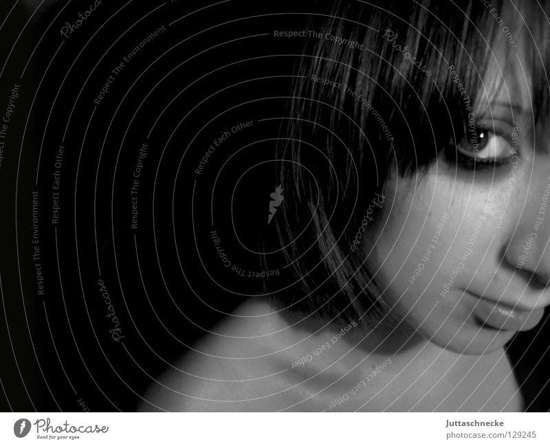 Lange Nacht; durchgemacht Frau Porträt Schminke Kajal Seite schwarz weiß Schulter Trauer ernst Schlüsselbein Jugendliche Gesicht Kopf Auge Mund Kontrast