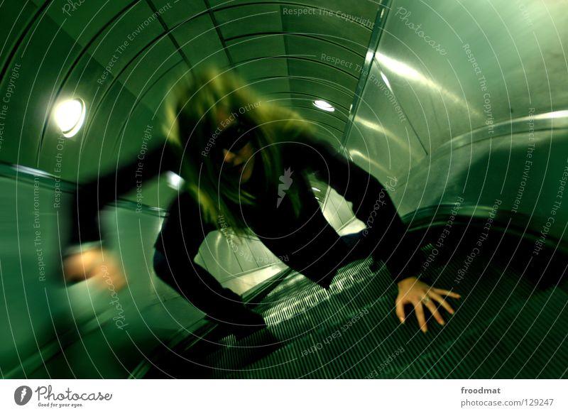 escalation Frau Himmel Stadt grün schwarz Einsamkeit dunkel Bewegung Wege & Pfade Metall Linie Zeit Treppe modern leer