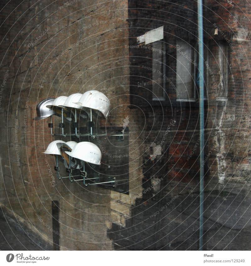 Prävention Helm Kopfschutz Schutzhelm Ständer Halterung Sicherheit Unfallgefahr gefährlich Arbeit & Erwerbstätigkeit Arbeiter Arbeitsplatz Fenster
