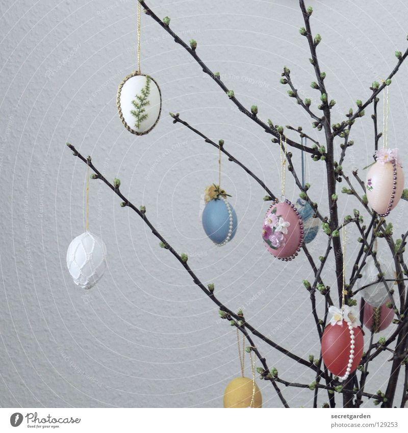 selbst gehäkelt Ostern Osterei Sträucher mehrfarbig heimelig weiß rot Muster hängen Wohnung Wohnzimmer Tapete Raufasertapete Raum Weidenkätzchen Pflanze weich