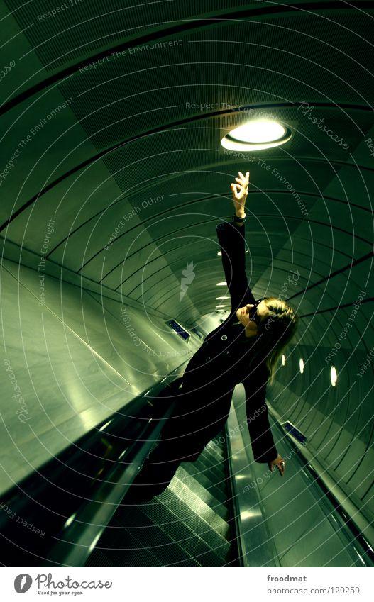 matrixed London Underground U-Bahn Tunnelblick tief Rolltreppe Matrix grün Licht Zukunft Zeit Zeitreise Fluchtpunkt dunkel Hölle Großbritannien Förderband leer