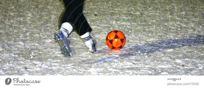 snowsoccer rot Schnee Sport Spielen Beine Fuß orange Schuhe laufen Fußball Ball rennen Sport-Training Sportler üben Wintersport