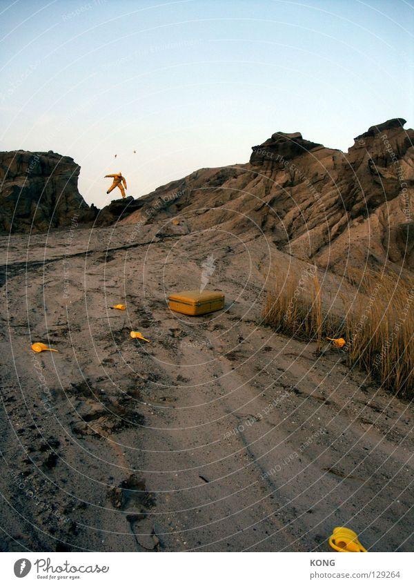 jetzt flippt er aus Freude gelb Berge u. Gebirge grau springen Erde fliegen laufen rennen Geschwindigkeit Luftverkehr trist Flügel Wüste Maske Wut
