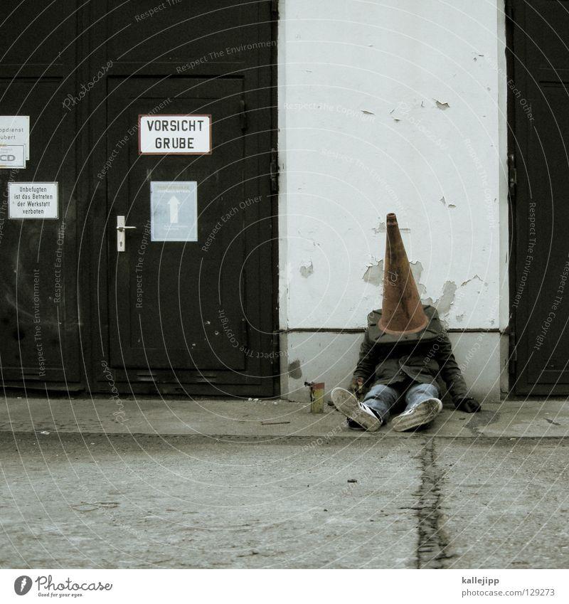 häschen in der grube Mensch Mann Stadt Mauer sitzen Schilder & Markierungen Verkehr schlafen Lifestyle Baustelle Symbole & Metaphern Güterverkehr & Logistik Zeichen Hut Jacke Mütze