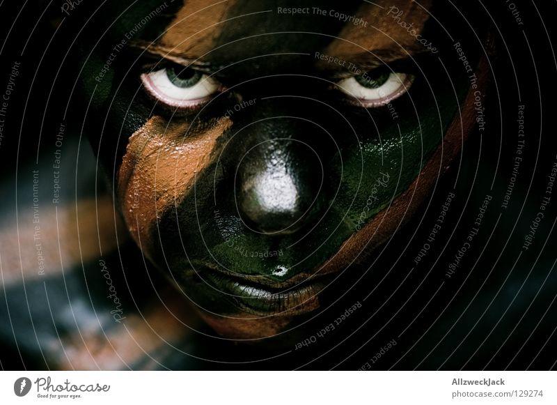 Camouflage Girl (4) - im Fokus Frau grün schwarz Gesicht Auge dunkel Stil braun Kraft Angst gefährlich verrückt Macht bedrohlich beobachten Bad