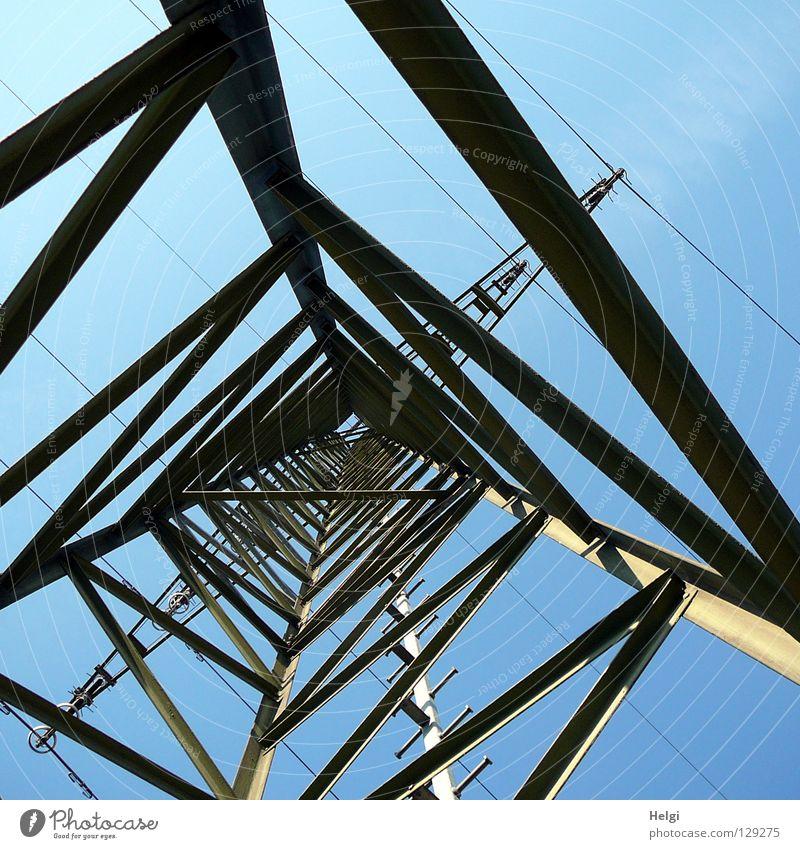 Strommast von innen aus der Froschperspektive vor blauem Himmel Elektrizität Draht Wolken weiß grau groß Macht Geometrie Stahl elektrisch emporragend gefährlich