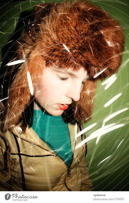 Geisterzeichnungen IV Ereignisse entdecken Licht Frau stehen Gedanke Langzeitbelichtung Zeit Gefühle wahrnehmen Mütze Erscheinung Überraschung Pelzmütze Stil
