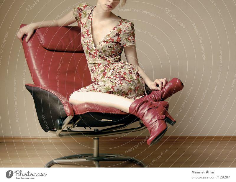 Schwiegermuttersessel Frau rot Blume Freude Holz Denken Beine Fuß Schuhe Arme warten sitzen Bodenbelag Bekleidung Stuhl mehrfarbig