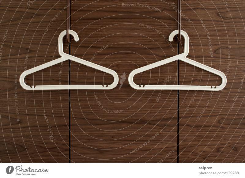 zweisam Kleiderbügel Bekleidung Schrank Holz hängen aufhängen entkleiden Innenaufnahme Haushalt Kleiderbügel weiss Plastikbügel Maserung Ordnung Kirschbaumholz