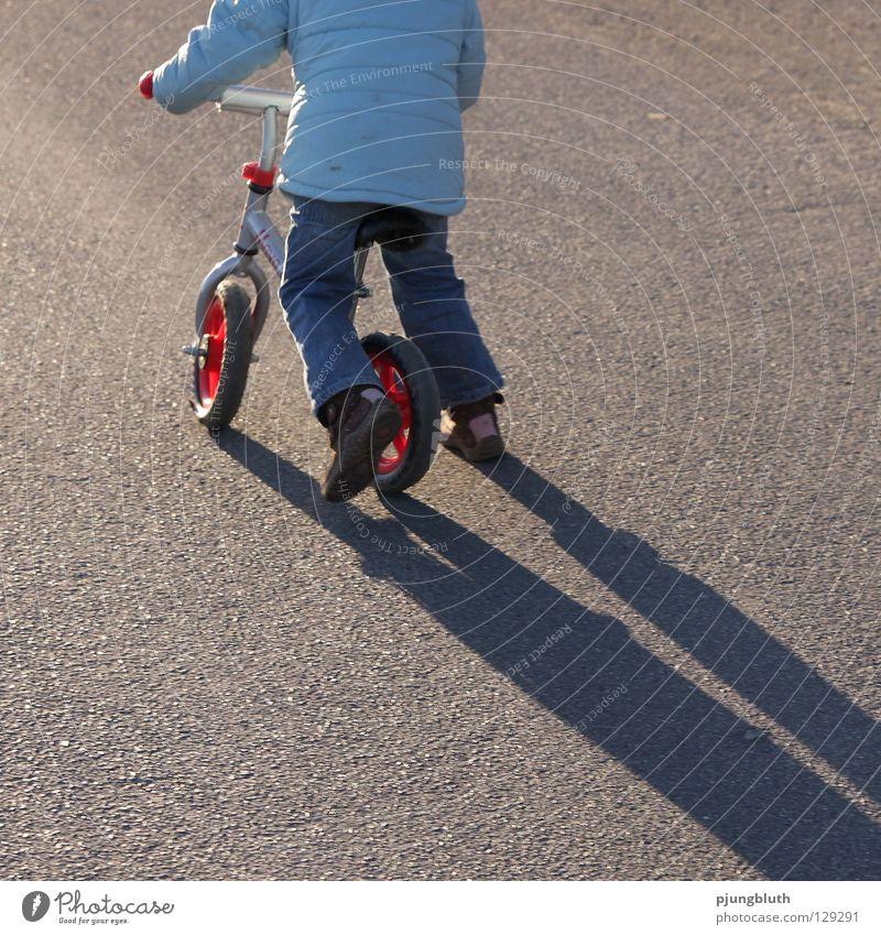 lauf, rad! Kind Straße Spielen Zufriedenheit lernen Spaziergang Asphalt üben Februar Fahrrad Kinderfahrrad