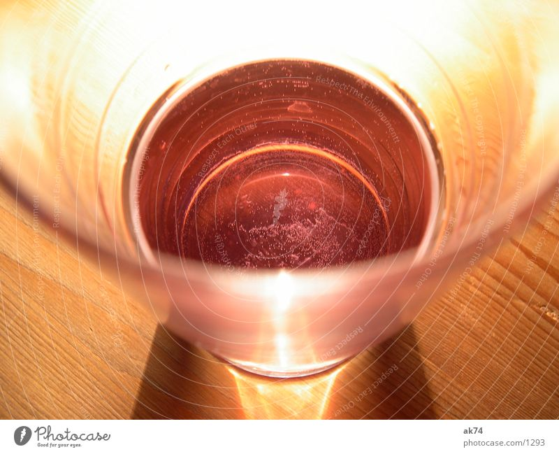 Rotes Wasser 2 rot Glas blasen Alkohol