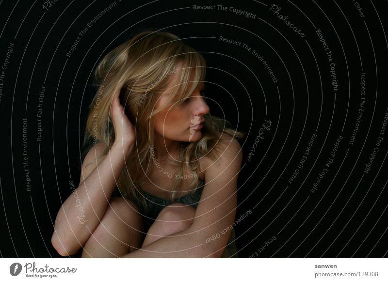 frauen.bild Frau blond langhaarig kratzen Knie Gelenk Hand Kleid grün Kinn Hintergrundbild Denken ratlos dunkel Porträt woman Haare & Frisuren