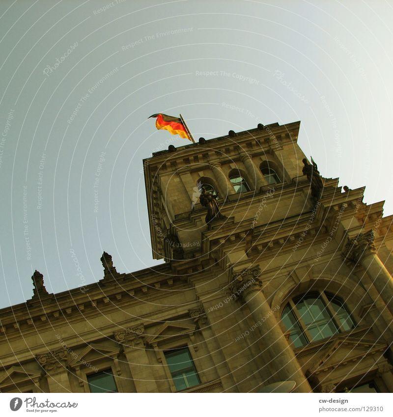DU BIST DOITSCHLAND Haus Fahne schwarz rot gelb reich Deutschland mehrere Tag der Deutschen Einheit historisch Nacht Dämmerung dunkel grün Beton Sims Fenster