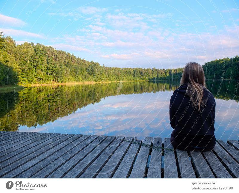 Seesucht Ausflug Mensch Junge Frau Jugendliche 1 18-30 Jahre Erwachsene Wasser Seeufer Seenplatte Steg Holz türkis Erholung ruhig Traurigkeit Polen Glätte