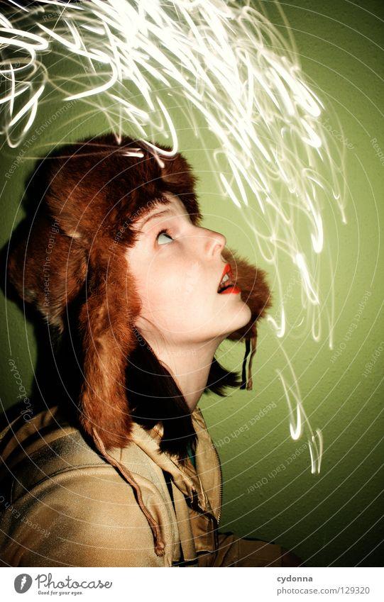 Geisterzeichnungen VI Ereignisse entdecken Licht Frau stehen Gedanke Langzeitbelichtung Zeit Gefühle wahrnehmen Mütze Erscheinung Überraschung Pelzmütze Stil