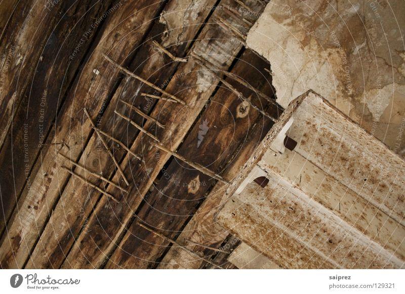 Spuren der Zeit alt Holz kaputt verfallen schäbig Decke Nagel Maserung