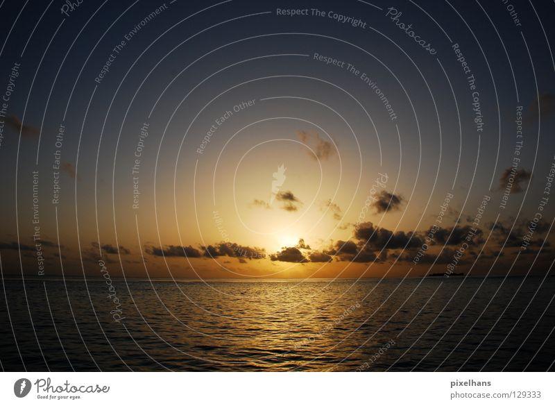 4 EVER TODAY! ruhig Sonne Meer Wellen Wasser Wolken Horizont Wärme dunkel Unendlichkeit hell blau gelb weiß Einsamkeit Ende Sonnenuntergang Farbfoto Abend