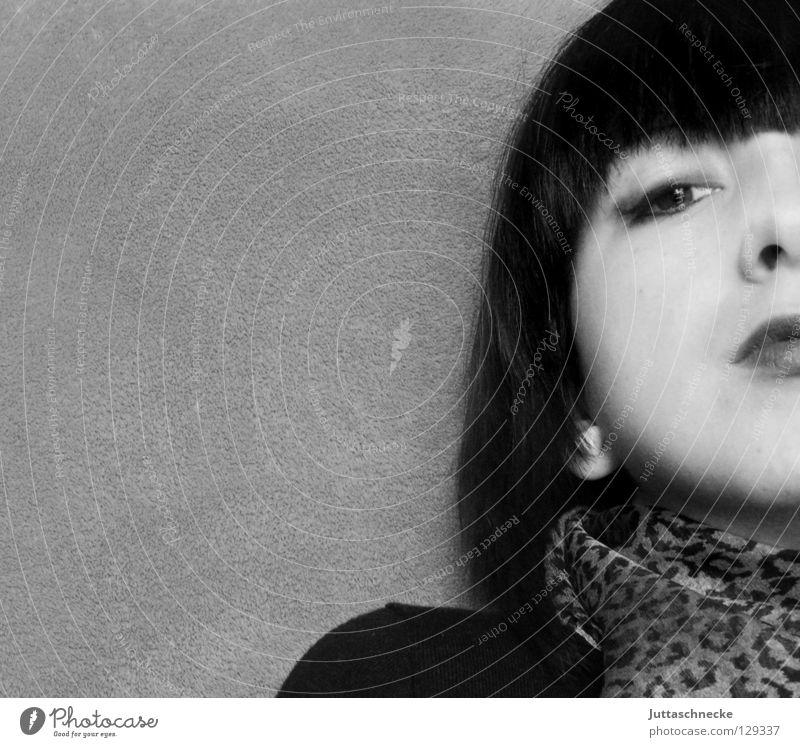 Leopard Frau Porträt schwarz weiß Top trotzig Trauer ernst Langeweile Macht Jugendliche Gesicht Schwarzweißfoto Auge Gesichtsausdruck ausdrucksvoll Traurigkeit