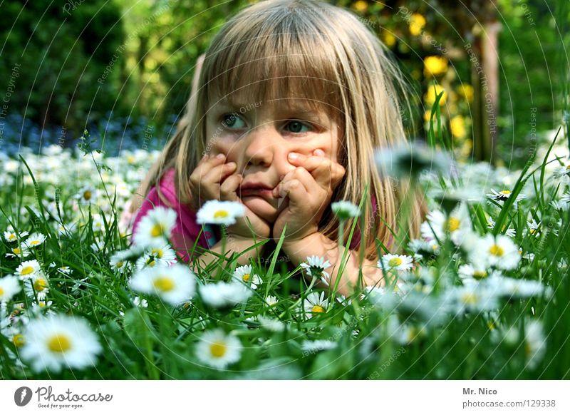 relaxed Denken Gedanke unentschlossen verträumt Zufriedenheit schmollen Wiese Mädchen Kind blond schön Hand Kopfstütze aufstützen Gesichtsausdruck Grimasse