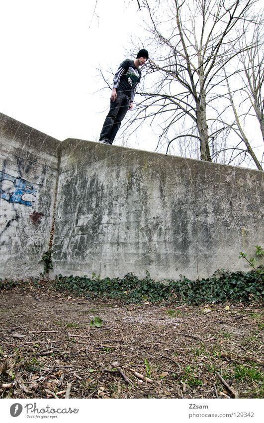 schräglage Mensch weiß Stadt rot Wand Gras Mauer Gebäude Graffiti Architektur Beton Beginn Erde Jeanshose gefährlich Niveau