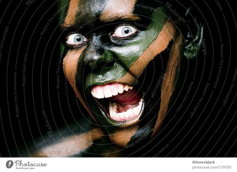 Camouflage Girl (5) - Attacke! Frau grün schwarz Gesicht Auge dunkel Stil braun Kraft Angst gefährlich verrückt Macht bedrohlich Bad