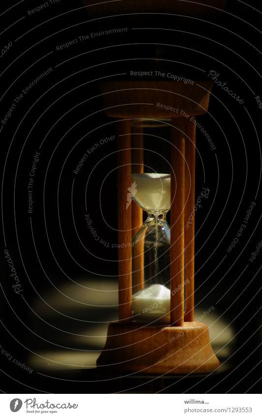 0815 AST | die zeit läuft Sanduhr Stundenglas Zeit Ewigkeit Lebenszeit rieseln warten dunkel langsam Uhr geduldig Farbfoto zerrinnen verrinnen