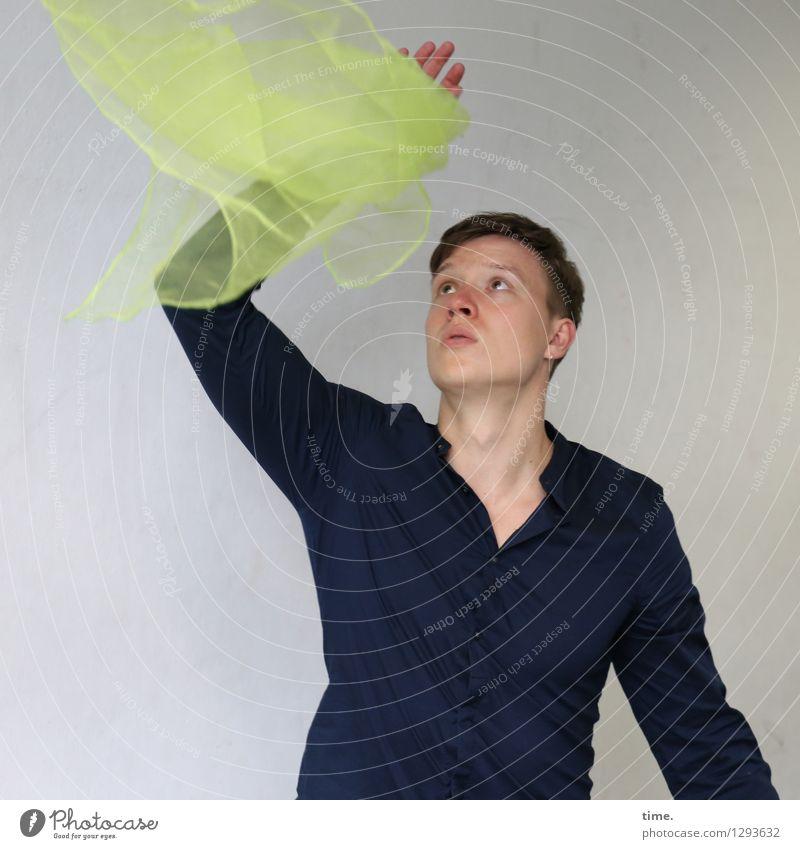 Janis maskulin Mann Erwachsene 1 Mensch Schauspieler Tanzen Zirkus jonglieren Hemd Stoff blond kurzhaarig beobachten berühren fangen festhalten fliegen Blick