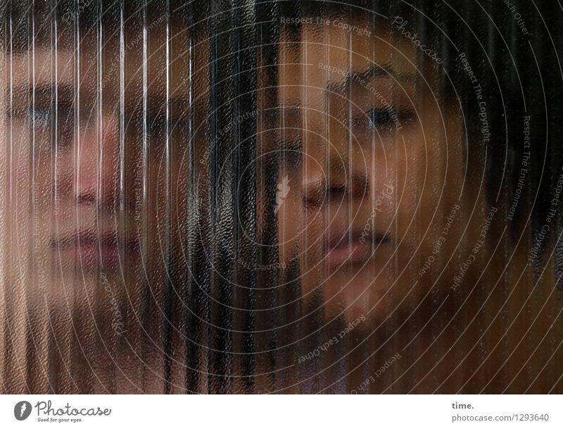 Janis & Ansiré maskulin feminin 2 Mensch schwarzhaarig kurzhaarig Afro-Look Glasscheibe Linie Streifen beobachten Blick warten Freundschaft Zusammensein